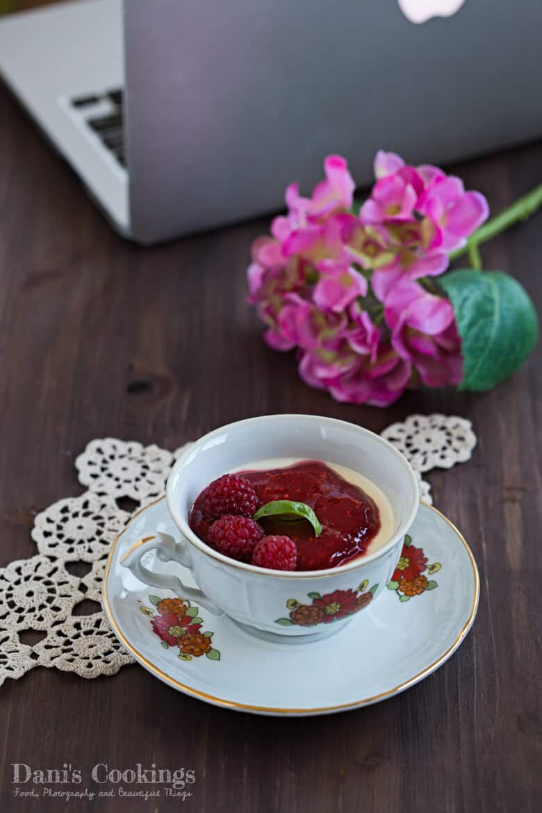 [:en]Thyme Infused Panna Cotta with Raspberry Sauce[:bg]Пана кота с мащерка и малинов сос[:]