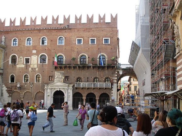 Building in the square of Dante's statue