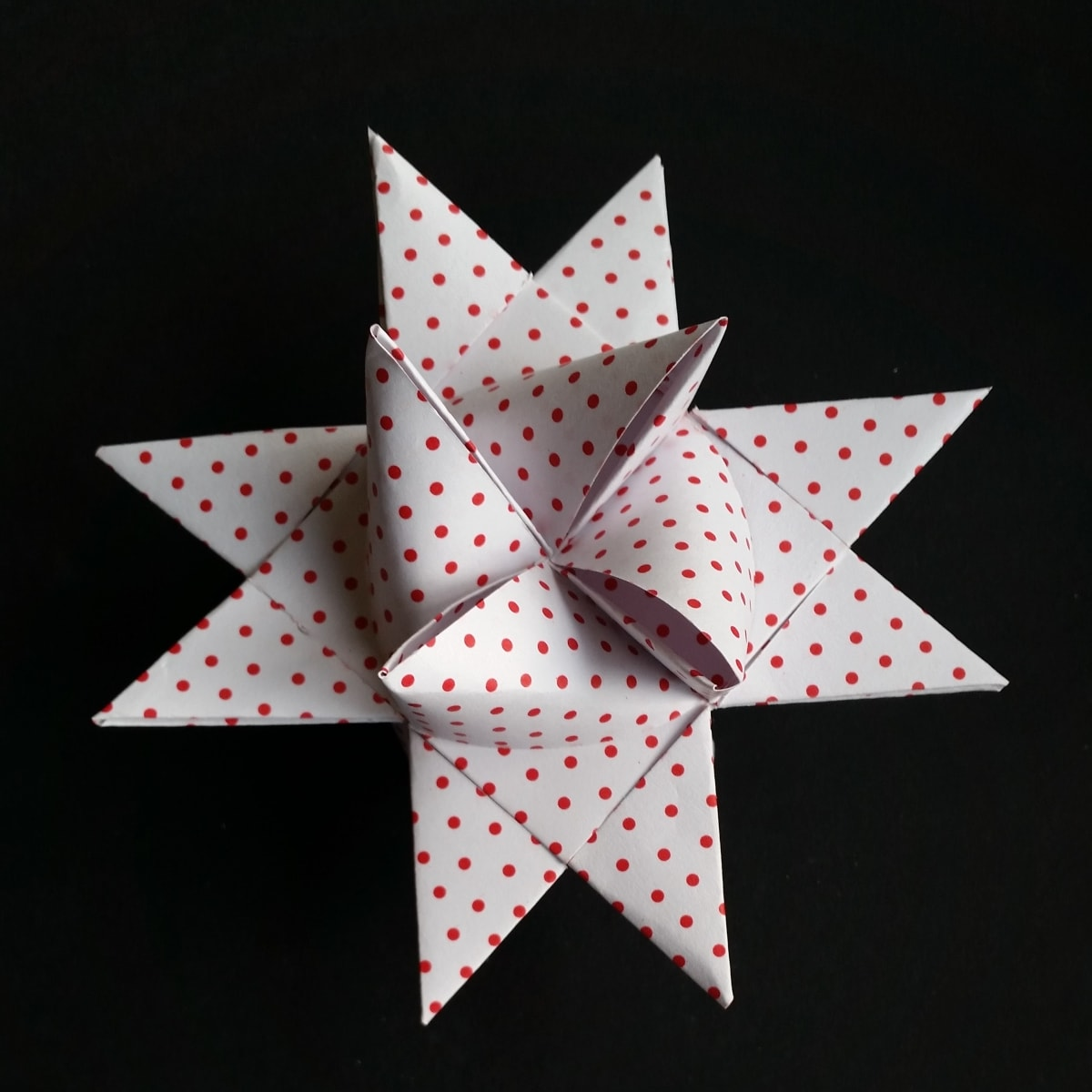 Make a Froebel star - a classic Danish Christmas decoration. If you are a beginner, check out Danish Things @ danishthings.com. You'll find Froebel star instructions, a step by step guide with text, photos and video.. Flet en julestjerne - trin for trin. Er du nybegynder, så se med. Om du folder eller fletter julestjerner - får du hjælp til alle trin. Gennemgang med tekst, fotos og video. Find opskrifter, trin for trin guides, gratis print selv og inspiration til årets gang på danishthings.com