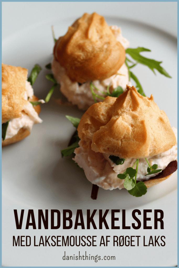 Vandbakkelser med laksemousse af røget laks er lækre som små appetitvækkere, de passer godt til en let frokost eller som en lækker forret. Få tips til bagning af dine vandbakkelser og opskriften på laksemousse af røget laks. Find opskrifter, gratis print og inspiration til årets gang på danishthings.com #DanishThings #laksemousse #røget laks #festlig #vandbakkelse #vandbakkelser #forret #fastelavn #appetizer
