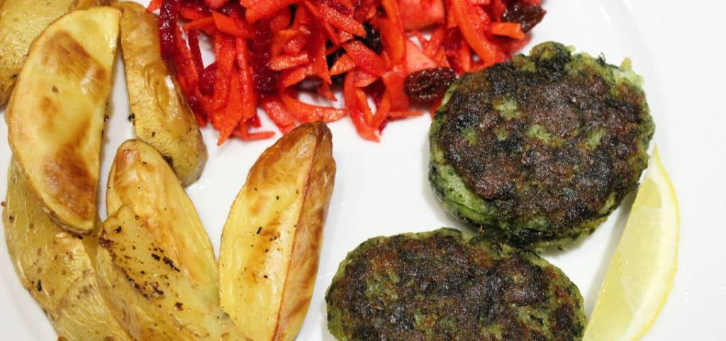 Grønne fiskefrikadeller med rød råkostsalat eller Spinatfiskefrikadeller med råkost og ovnkartofler. Aftensmad, som er nem og sund - find opskrifter og inspiration på danishthings.com