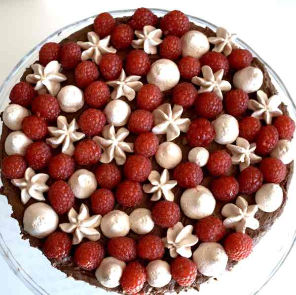 Lagkage med mørk chokolademousse, hindbær og marengs