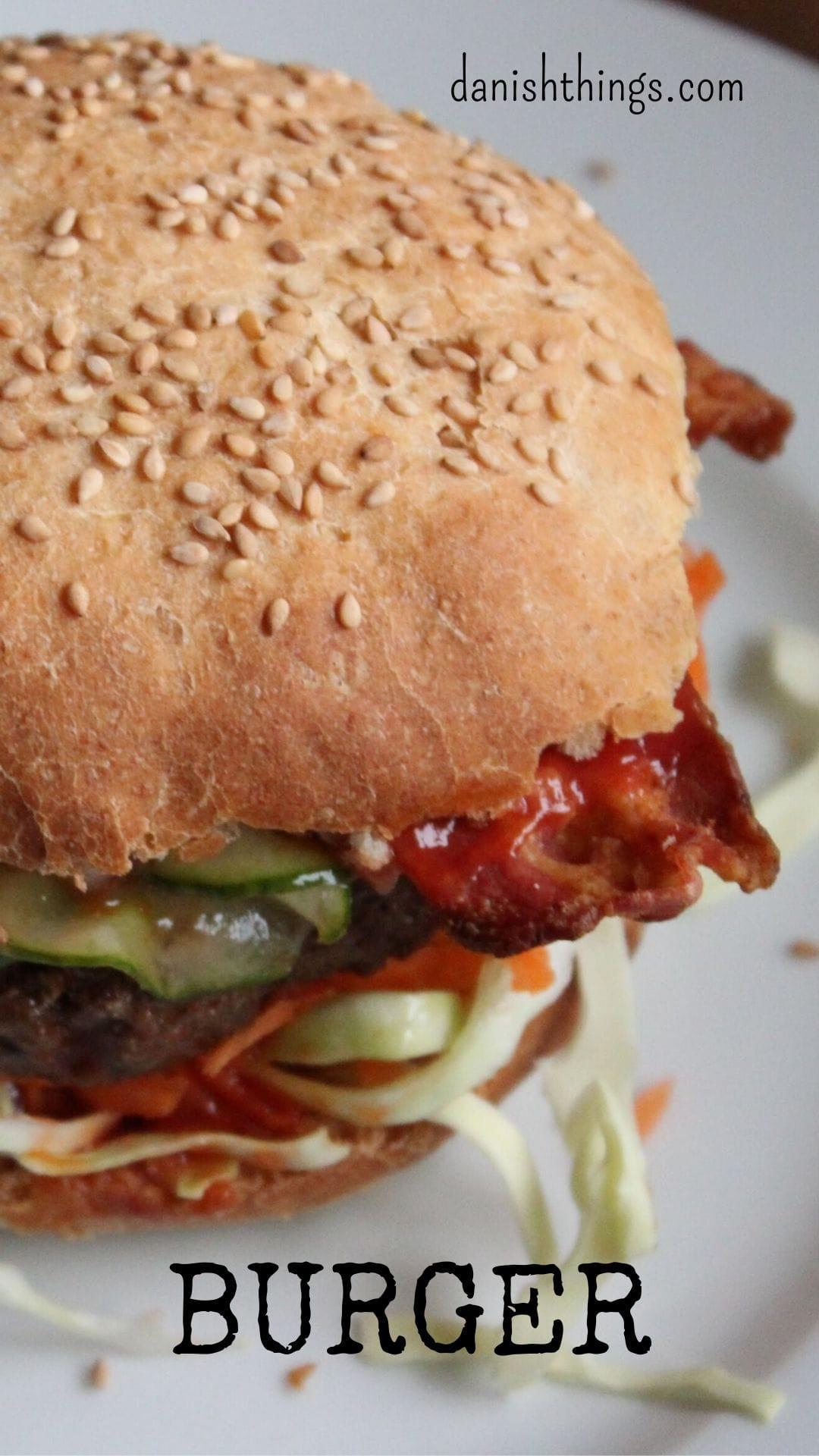 Hjemmelavet burger med nemme hjemmelavede burgerboller og nem lynsyltet agurkesalat. Find opskrifterne på danishthings.com