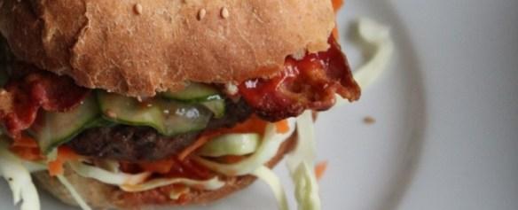 Hjemmelavet burger - find opskriften på danishthings.com © Danish Things