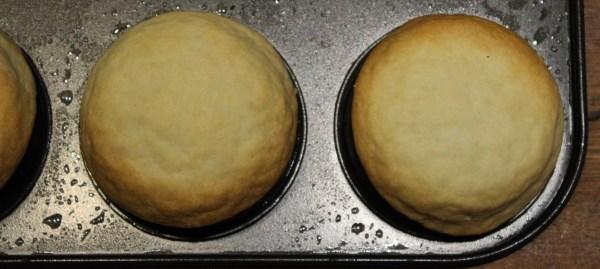 Læg dem på undersiden af en smurt muffinform, så der dannes skaller – eller blind bag dem almindeligt.