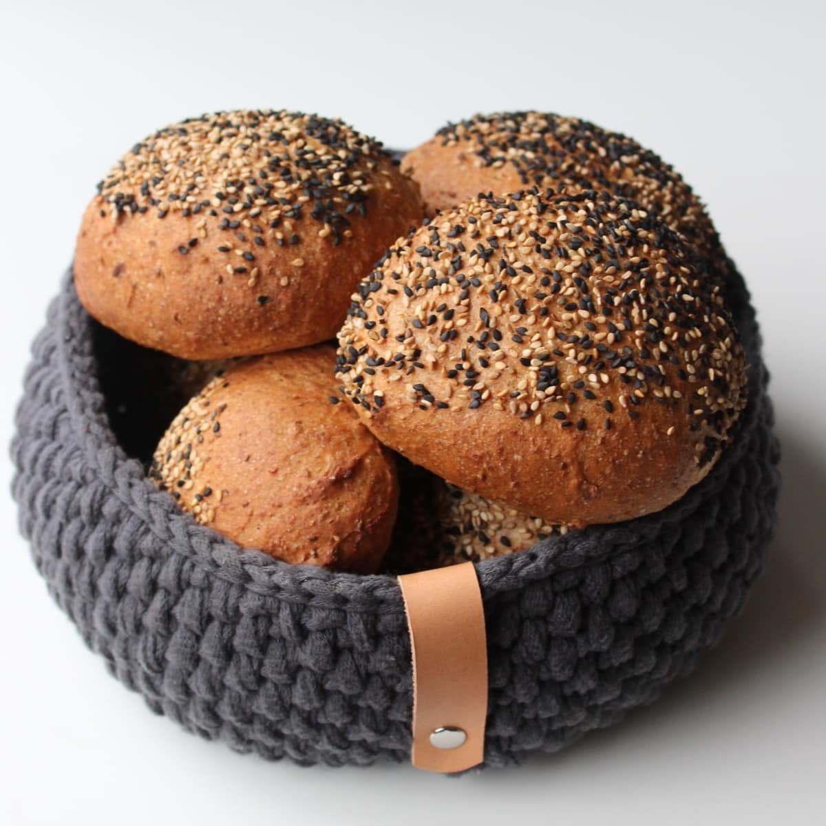 De bedste boller, til sandwich og som morgenmad. Fuldkornsbollerne kan bruges som sandwichboller, madpakkeboller, rundstykker… En super god bolleopskrift! Find opskrifter og inspiration til årets gang på danishthings.com (Recipe in danish)