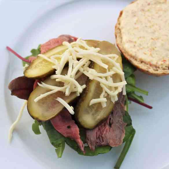 Lav en lækker sandwich med hjemmelavet remoulade, oksefilet lavet sous vides og de bedste boller. Remouladen er lavet af din egen pickles og den nemmeste mayonnaise, bruge den også som tilbehør til pommes frites eller hvor du ellers bruger remoulade. Find opskrifter, gratis download, print og inspiration til årets gang på danishthings. com #DanishThings #sandwich #oksefilet #de-bedste-boller #oksefilet-sous-vides #pickles #sennepspickles #remoulade #hjemmelavet-remoulade