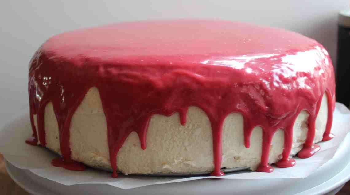 """Blodig lagkage med glasskår - til halloween eller temafest. Red velvet kage med rødbede, klassisk """"ermine buttercream"""" - opbagt smørcreme, vaniljemousse, kirsebærfyld, rød ganache, gelé blod og glasskår lavet af isomalt. Find opskrifter, gratis print og inspiration til årets gang på danishthings.com"""