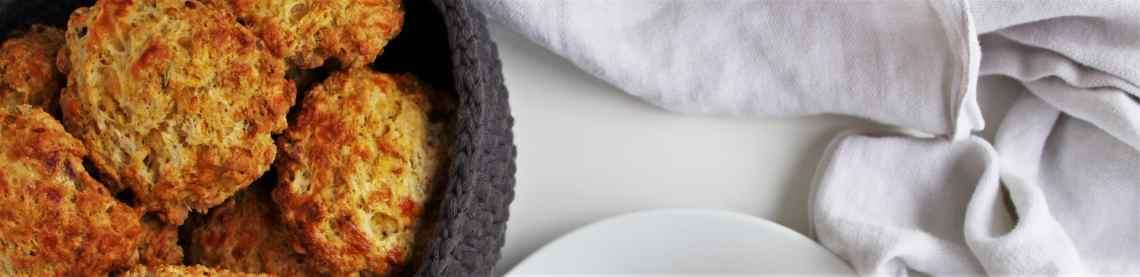 Mangler du opskrifter på lækre måder, at få brugt de billige halloween græskar på? Her er en opskrift på græskarscones med cheddar. Spis dine græskar scones som morgenmad, snack eller som tilbehør til suppe og gryderetter. Find opskrifter, gratis print og inspiration til årets gang på danishthings.com