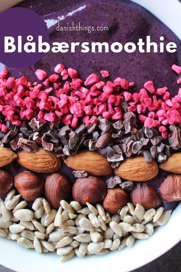 Her er opskriften på den bedste blåbærsmoothie bowl, eller smoothie, sødet med dadler. Du kan lave en velsmagende blåbærsmoothie eller smoothie bowl med lækker topping, om morgenen - en morgenmad du også kan ta' med. Du kan også lave smoothien som snack eller som en sundere dessert, toppet med alt muligt lækkert. Nyd den med god samvittighed, for din blåbærsmoothie er fyldt med gode sager. Find opskriften, gratis print og inspiration til årets gang på danishthings.com