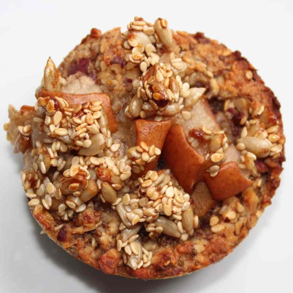 """Pæremuffins, nem """"tag med"""" morgenmad, snack eller sundere kage til kaffen. Pæremuffins uden raffineret sukker også kendt som morgenmadsmuffins eller bagt havregrød. Find opskrifter, inspiration og print til årets gang på danishthings.com"""
