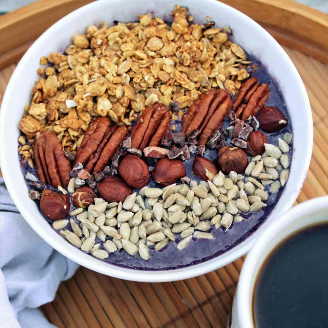 Jeg har fundet opskriften på den bedste blåbærsmoothie bowl, eller smoothie, sødet med dadler. Du kan lave en velsmagende blåbærsmoothie eller smoothie bowl med lækker topping, om morgenen - en morgenmad du også kan ta' med. Du kan også lave smoothien som snack eller som en sundere dessert, toppet med alt muligt lækkert. Nyd den med god samvittighed, for din blåbærsmoothie er fyldt med gode sager. Find opskriften, gratis print og inspiration til årets gang på danishthings.com