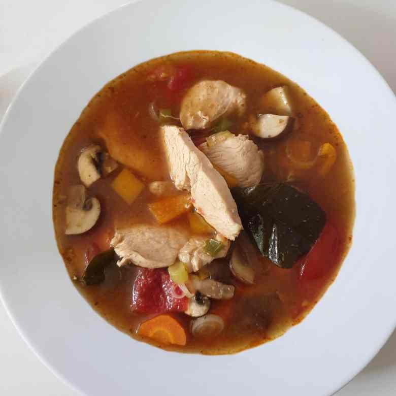 Thailandsk kyllingesuppe - Tom Yam med kylling. Find opskriften, idéer til at gøre suppen vegetarisk eller vegansk, og mere inspiration til årets gang på danishthings.com