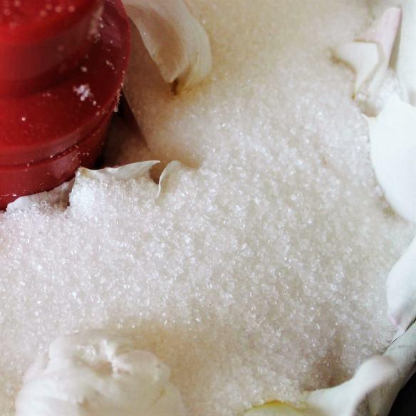 Rosensukker på 3 måder - sukkerknalder, sukker og flormelis. Lav lækkert velsmagende rosensukker, en koncentreret bombe af velsmag, perfekt til (lag)kager, pandekager, marengs, flødeboller, is og desserter eller drikke som saftevand, i drinks og te. Find opskrifter, gratis print og inspiration til årets gang på danishthings.com