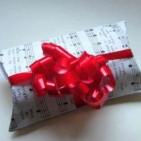 Gaveæsker til jul, fødselsdag og andre festlige lejligheder. Giv gaven til den du holder af, i en hjemmelavet gaveæske. Gratis print, opskrifter og inspiration til årets gang på danishthings.com.
