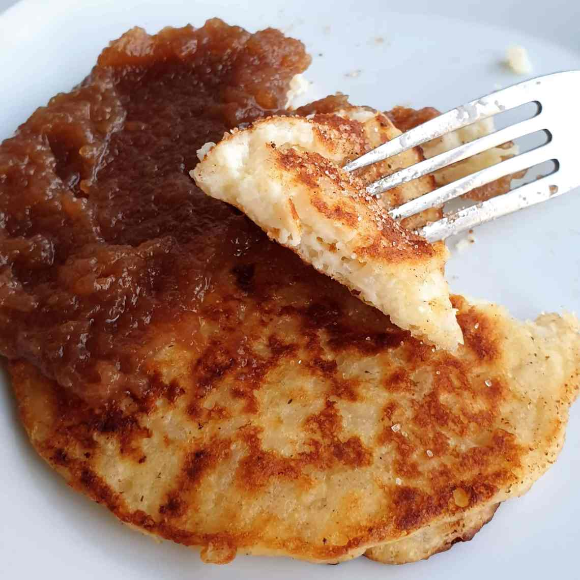 Sådan laver du klatkager – de klassiske pandekager af risengrød. Find opskrifter, gratis print og inspiration til årets gang på danishthings.com