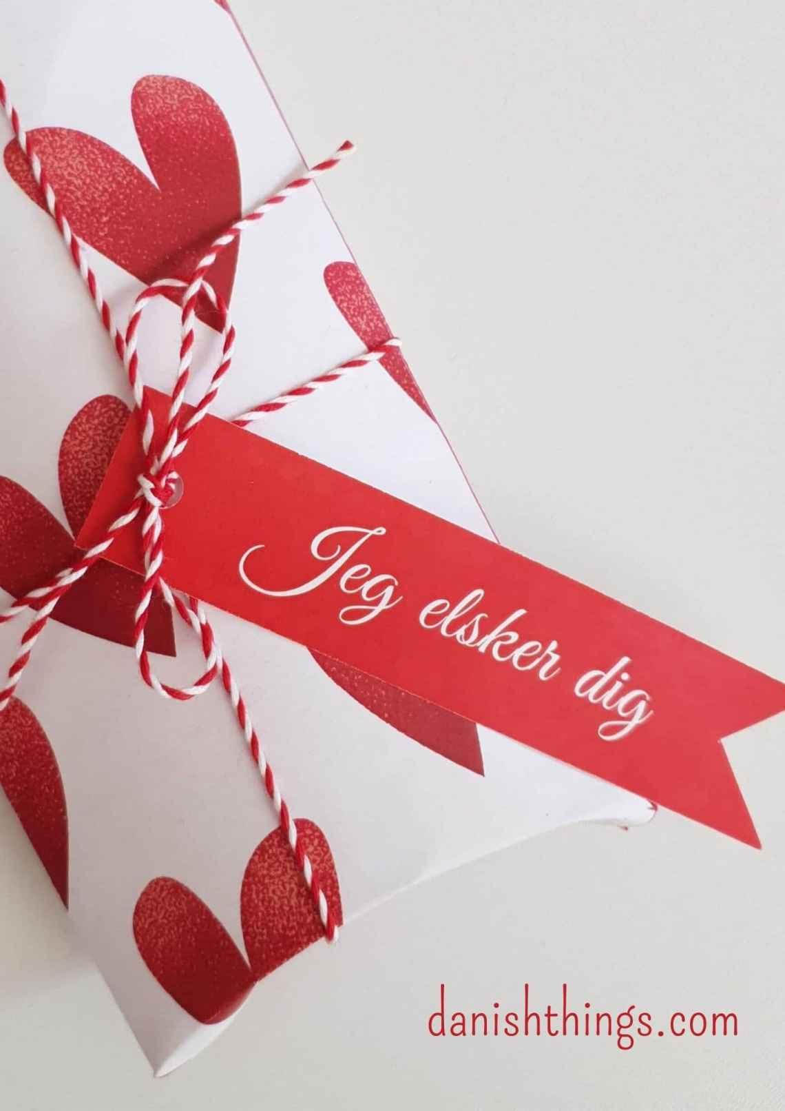 Dekoration til gaver og kager. Gavemærker til de store følelser - Valentine og kærlighed, fødselsdag og fejring - find også gaveæsker og til-fra kort, der matcher – find gratis print, opskrifter og inspiration til årets gang på danishthings.com #Valentine #Kærlighed #gaver #gavemærker