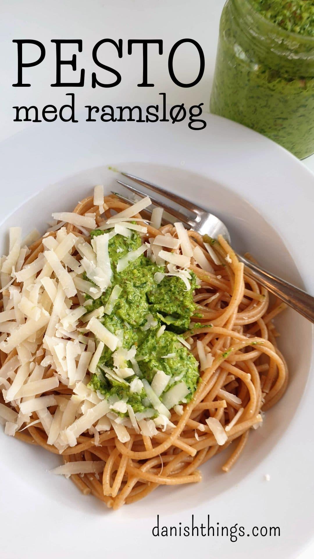 Ramsløgspesto - En dansk forårsudgave af pesto med bl.a. ramsløg, mandler og rapsolie. Brug den til pasta, til nye kartofler, i en sandwich, i dressing, til grillet kød og fisk... Find opskrifter og inspiration til årets gang på danishthings.com #DanishThings #ramsløg #pesto #ramsløgspesto #forår