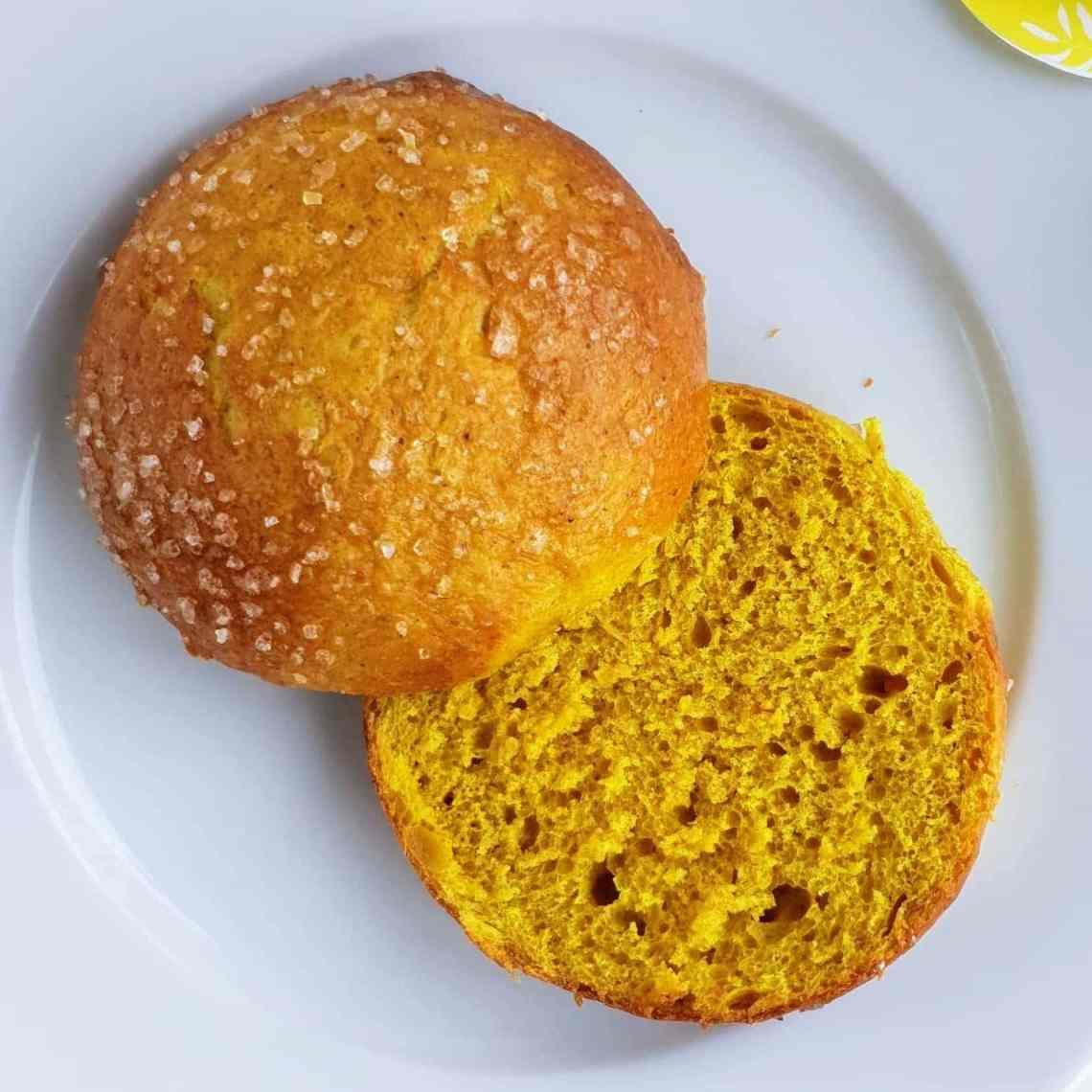 Lækre gule boller – fnuglette solskins teboller. Her får du opskriften på en solskinsgul bolle, som kan spises året rundt. Solskinsbollerne er krydret med kanel, gurkemeje og appelsinmarmelade. Den fugtige dej, gør at bollerne bliver fnuglette. Spis dine gule boller til morgenmad, fødselsdag eller til din eftermiddagskaffe/-te.   Find opskrifter, gratis print og inspiration til årets gang på danishthings.com #DanishThings #boller #gule #påske #jul #fødselsdag #teboller #luftige #fnuglette