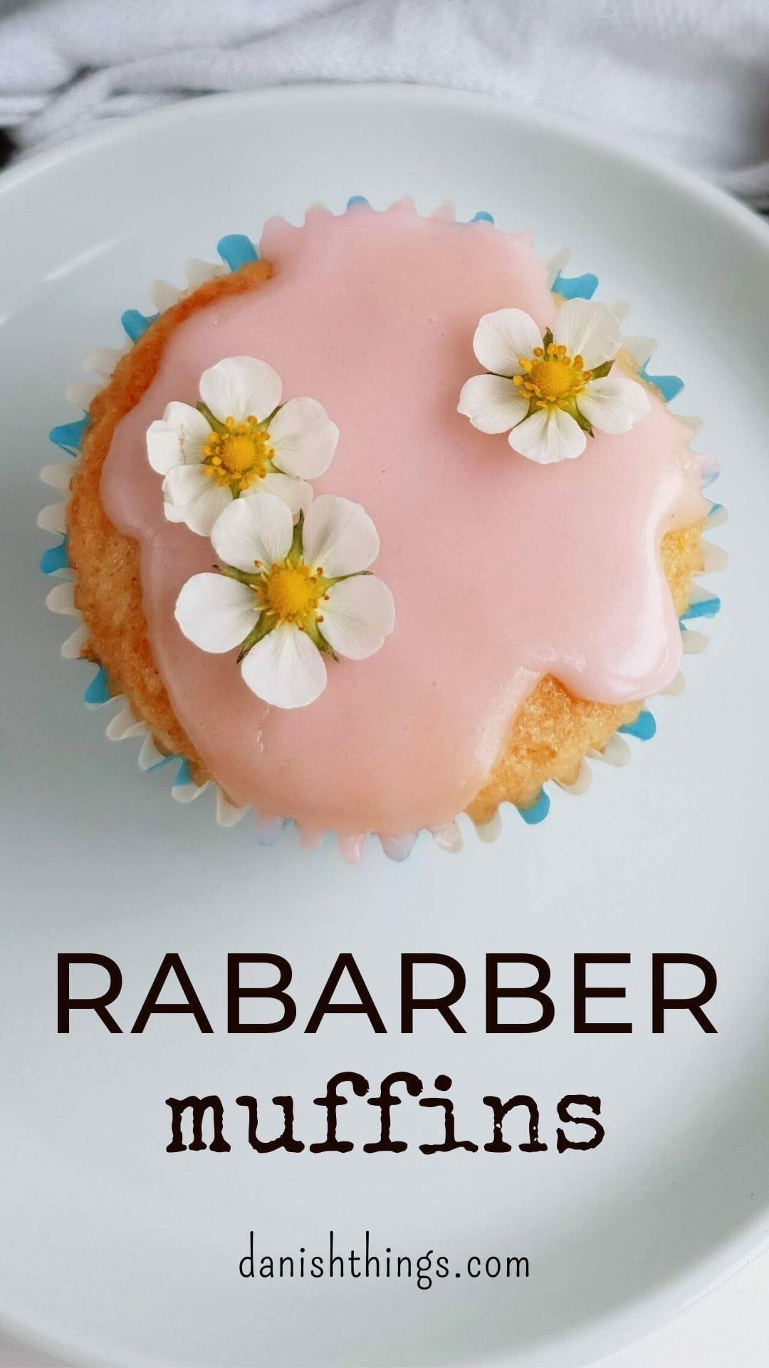 Rabarbermuffins med bagte rabarber og rabarberglasur eller krydret sukkertopping. Bag lette og lækre rabarbermuffins, spis dem som de er, eller lav de fineste rabarber cupcakes. Find opskrifter, gratis print og inspiration til årets gang på danishthings.com #DanishThings #rabarber #bagte-rabarber #bagte #muffin #muffins #rabarbermuffins #rabarberglasur #kage