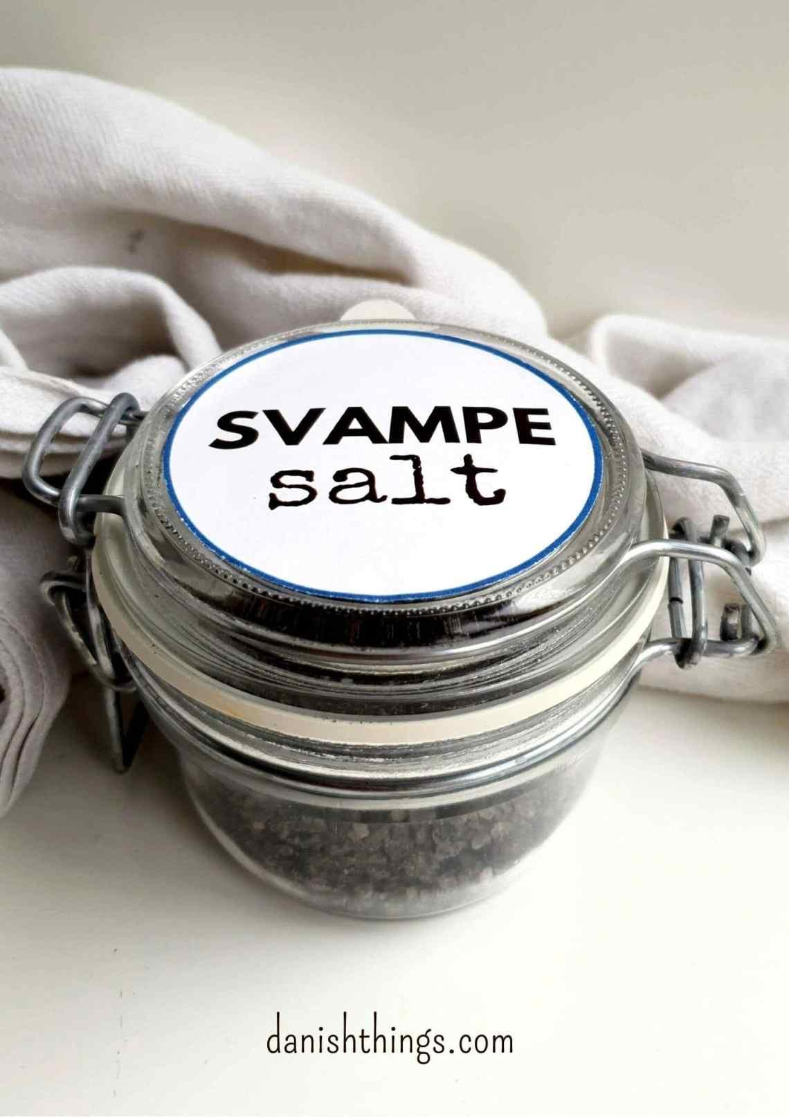 Sådan laver du svampesalt - farvet med parykblækhatte. Lav et smukt velduftende svampesalt. Bestem selv om dit svampesalt skal være fint eller groft, lysegråt eller mørkt. En god gave til dig selv, eller en du kender. Find opskrifter, gratis print og inspiration til årets gang på danishthings.com #DanishThings #svampe #salt #svampesalt #efterår #spisefteråret #parykblækhat
