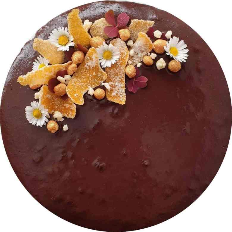 Chokoladelagkage med praliné knas, mokkamousse og appelsinchokoladeglasur. En lækker luksus moussekage til fødselsdag, som dessert eller til en god kop kaffe. Prøv denne lagkage, hvis du er til chokolade, appelsin og kaffe. Find opskrifter, gratis print og inspiration til årets gang på danishthings.com #DanishThings #chokoladelagkage #chokoladelagkage-med-appelsin-og-kaffe #mousse #appelsinchokoladeglasur #mokkamousse #chokolademousse-med-kaffe #praliné-med-knas #chokoladelagkagebunde-med-appelsin #chokolade #praliné #appelsin #kaffe #chokolademousse #chokoladelagkagebunde #fødselsdag
