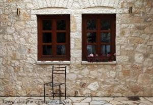 5118 חלונות, יוון