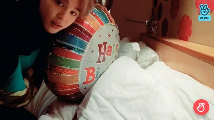 ホテルに準備されていた誕生日を祝う風船をファンに見せるジミン