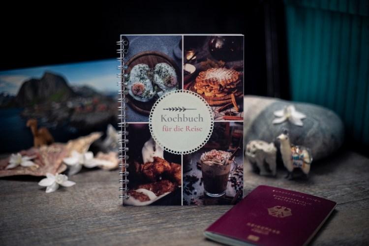 Kochbuch für die Reise Cover mit Reisesouvenirs