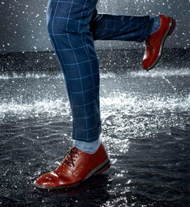 hạn chế đi giày da dưới mưa