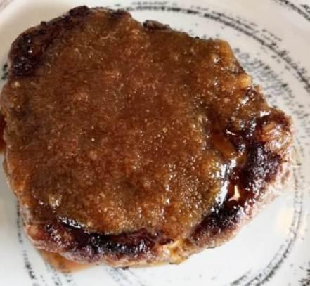 ソースをかけたハンバーグステーキ
