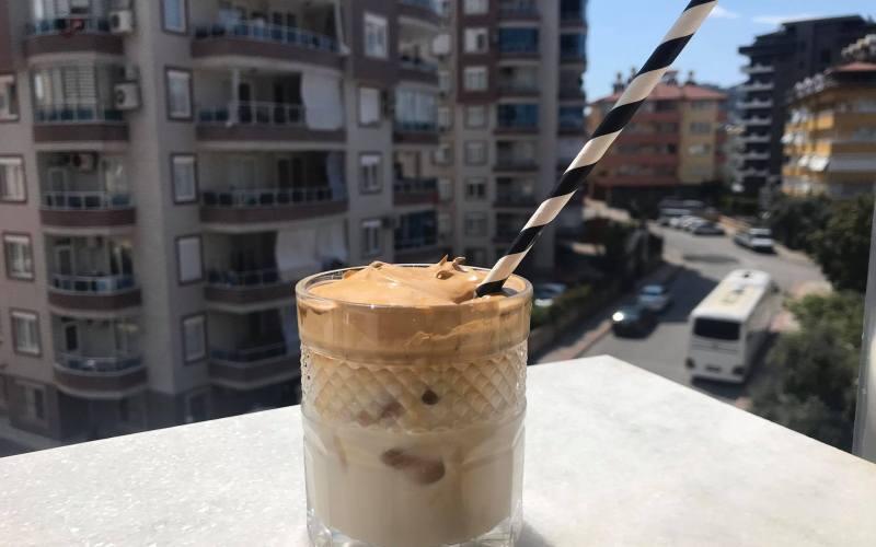 dalgona kaffe opskrift, hvad er dalgona kaffe, sydkoreansk kaffe, instagram kaffe, cremet iskaffe, nem hjemmelavet iskaffe