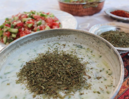 tyrkisk cacik opskrift, tyrkisk tzatziki opskrift, tzatziki med mynte, tyrkiske opskrifter, tyrkisk kold suppe opskrift, tyrkisk mad opskrifter, tyrkiske madopskrifter, tyrkisk forret opskrift, tyrkisk mad inspiration, det tyrkiske køkken, alternativ til klassisk tzatziki, tyrkiske opskrifter med yoghurt, tyrkisk yoghurt opskrift