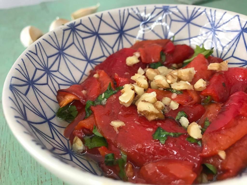 Tyrkisk salat med grillede pebre, tyrkisk pebersalat, tyrkiske opskrifter, tyrkiske retter, tyrkiske mezer, nem tyrkisk mad, tyrkiske forretter, tyrkiske madopskrifter, opskrifter med rød peberfrugt, nem tyrkisk mad, tyrkisk madblogger, tyrkisk salat med grillet peberfrugt