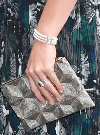 Les accessoires. La duchesse porte le bracelet trois rangs de la princesse de Galles