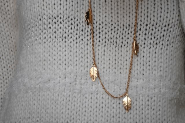 Pull blanc - Sautoir plumes