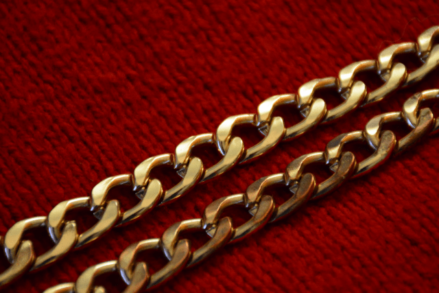 Pull rouge - Collier chaîne