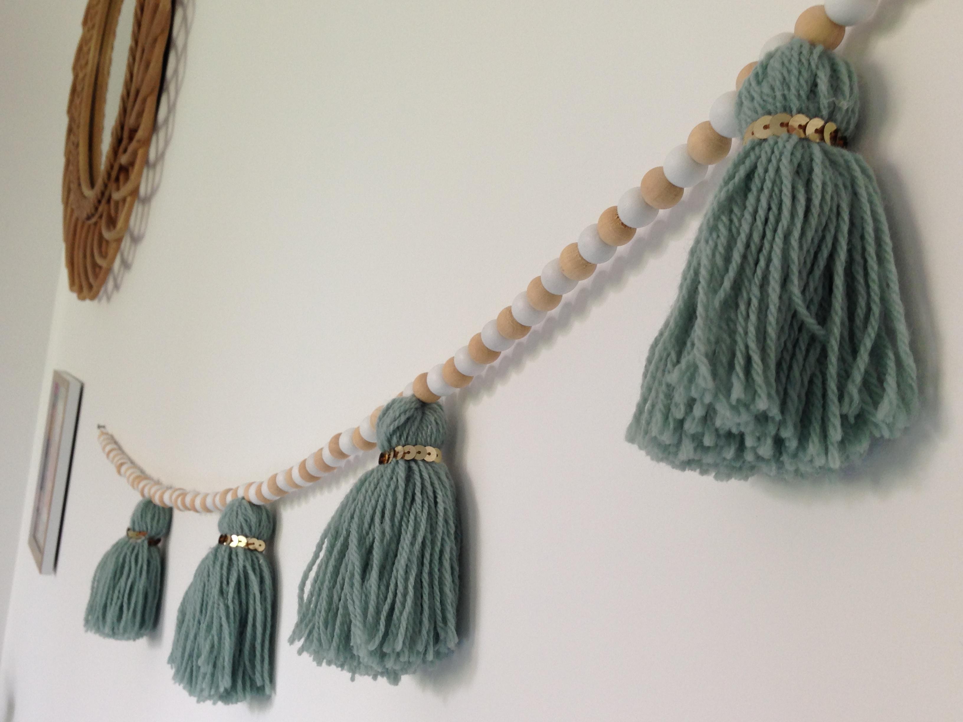 Deco Pompons En Laine tuto : réaliser une guirlande laine et bois – le blog de