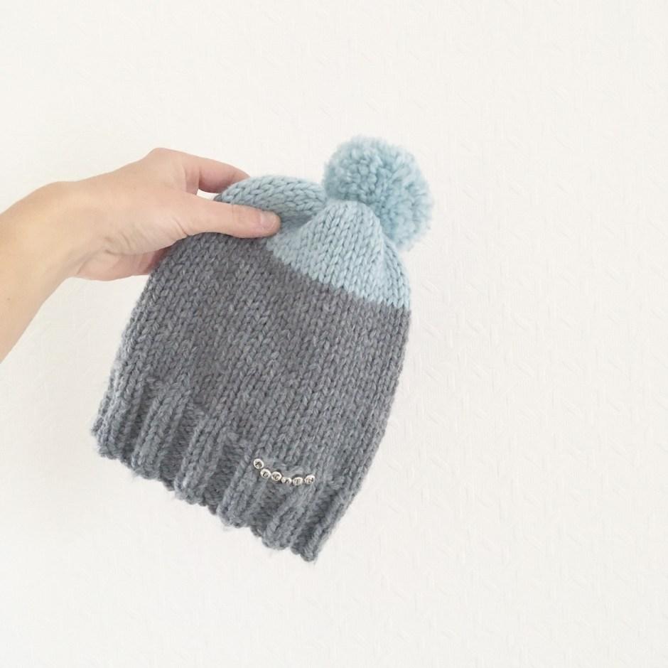Tuto   Le bonnet « Lucien » au tricot (enfant) – Idéal débutants en  aiguilles circulaires – Le blog de Caro Tricote 713e596b374