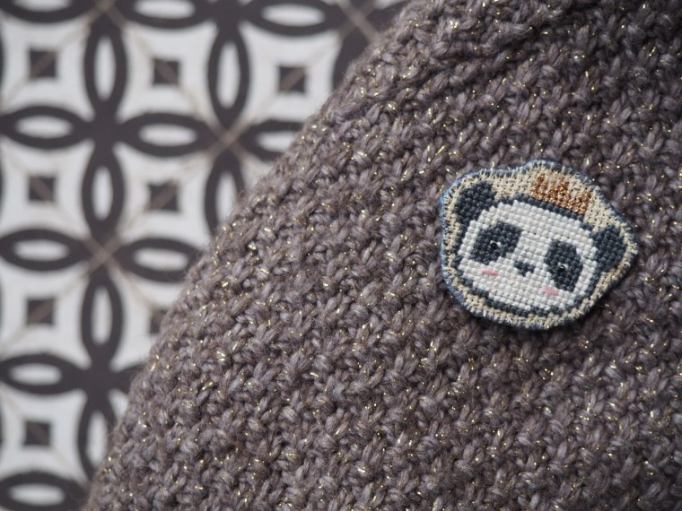 Tuto : Réaliser une broche brodée au point de croix - Archibald, le panda royal