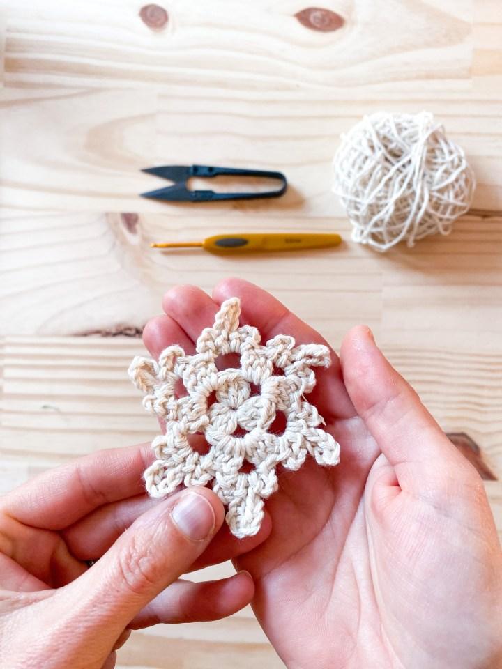 Tuto crochet : Des petits flocons pour décorer le sapin