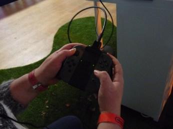 En mode Grip, la manette de la Switch (ici entre les mains de Shayann) se veut très agréable à tenir et l'on se familiarise assez vite avec la façon dont les boutons se répartissent sur sa surface, même si l'emplacement des touches + et - déconcerte au premier abord.