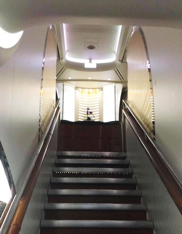 Voyager avec Emirates avion A380 escalier business classe éco