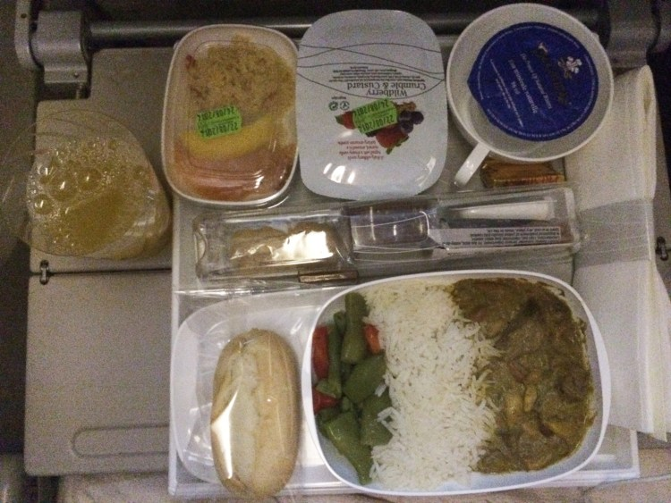 Voyager avec Emirates avion A380 avis compagnie aérienne blog plateau repas menu poulet curry