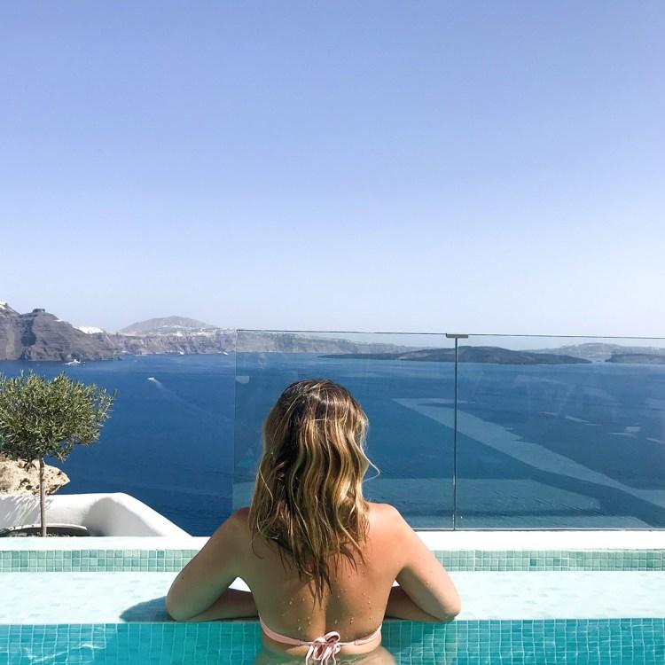 Vacances à Santorin mon séjour à l'hôtel Filotera Suites avis blog dans mon sac de fille piscine vue