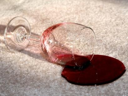 enlever une tache de vin rouge sur votre nappe de. Black Bedroom Furniture Sets. Home Design Ideas