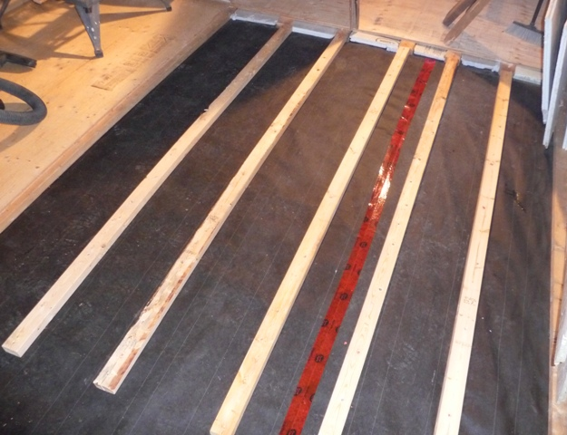 comment construire un sous plancher en bois sur dalle de b ton dans notre maison. Black Bedroom Furniture Sets. Home Design Ideas