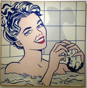 """Années 1960 aux Etats-Unis, société de bien-être et de consommation. L'hygiène n'est plus un luxe mais un élément de la vie quotidienne, et le bain devient un moment pour soi, un des nombreux espaces du glamour. Inspirée des publicités de l'époque et de l'esthétique des comics, cette oeuvre, comme toutes celles de Roy Lichtenstein, se veut """"la plus artificielle possible"""". (""""Woman in Bath"""", Roy Lichtenstein, 1963. Crédits : Flickr cc / Damian Entwistle)"""