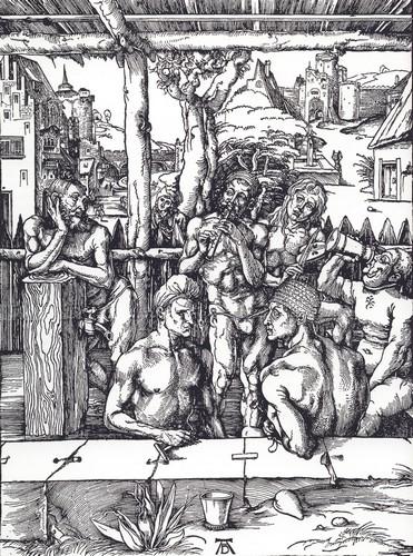 """Bien qu'étant l'une des représentations du bain les plus connues du XVIe siècle, cette gravure de Dürer n'a pas pour ambition de montrer la réalité des bains de l'époque. D'après de nombreux récits de l'époque, on fréquentait les bains publics ou étuves, vêtu et non pas nu. Ce qui n'empêchait pas les bains publics d'être associés à une réputation sulfureuse : vin coulant à flot, filles de joie, bagarres, jeux... Avant d'être le lieu de l'hygiène, les bains publics étaient avant tout un repaire des plaisirs charnels. (""""Le bain des hommes"""", Albretch Dürer, vers 1494)"""