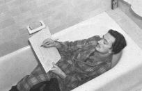 """Le célèbre peintre surréaliste Salvador Dali n'a pas attendu l'essor de la baignoire, dans les années 1950, pour profiter de cet espace de détente ... et, pourquoi pas, de créativité. (""""Salvador Dali dessinant dans sa baignoire"""", en 1939)"""